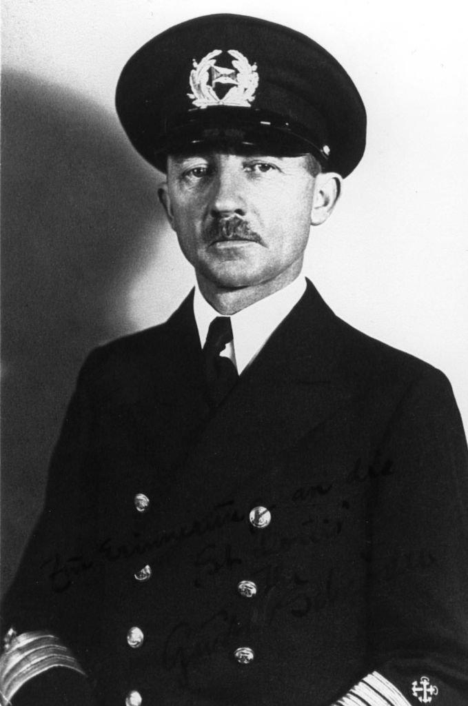 Kapitan 'St. Louis' Gustav Schröder z przekonań był antyfaszystą. Podczas rejsu pozwolił Żydom odprawiać ceremonie religijne, zadbał też, by otoczeni byli opieką medyczną.
