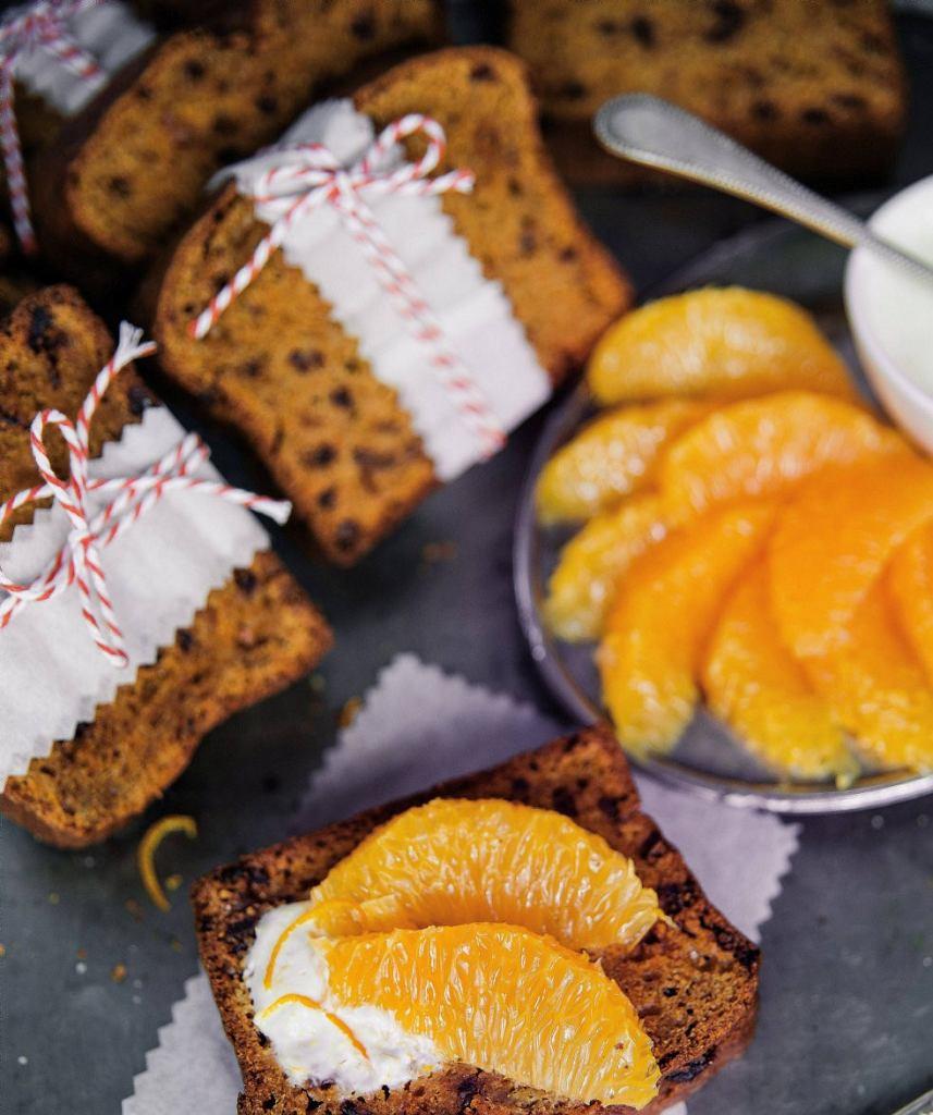 Chlebek marchewkowo-pomarańczowy z daktylami