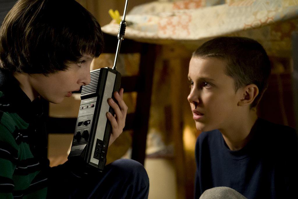 Finn Wolfhard i Millie Bobby Brownw serialu