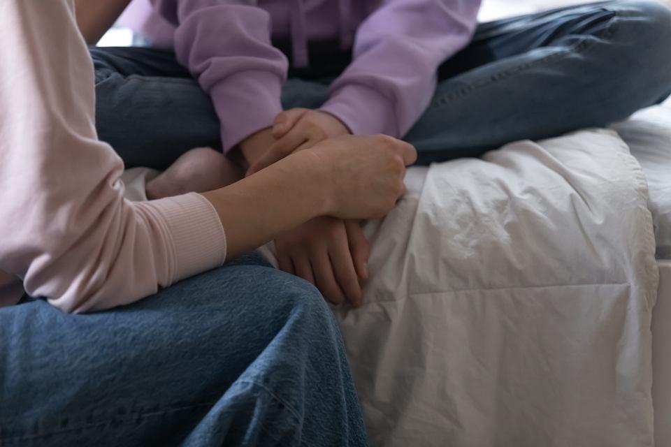 'Dziecko ufa, że jeszcze może się z nami dogadać. Że nawet jak powie trudną prawdę, to rodzic się nie rozsypie. Dziecko wciąż ma zaufanie do kompetencji rodzica. Agresja nastolatka nie jest przeciwko nam, dużo lepiej, żeby dzieci mówiły nam nawet najgorsze rzeczy, niż robiły sobie krzywdę w osamotnieniu'