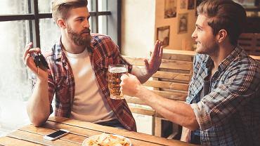 Abstynent to osoba, która z własnej woli rezygnuje ze spożywania wszelkich rodzajów napojów alkoholowych