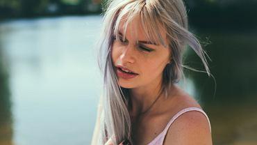 Siwe włosy w młodym wieku