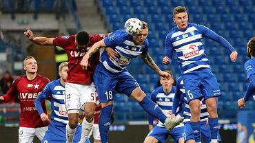 Alan Uryga strzela drugiego gola dla Wisły Płock w meczu z Wisłą Kraków (2:2)
