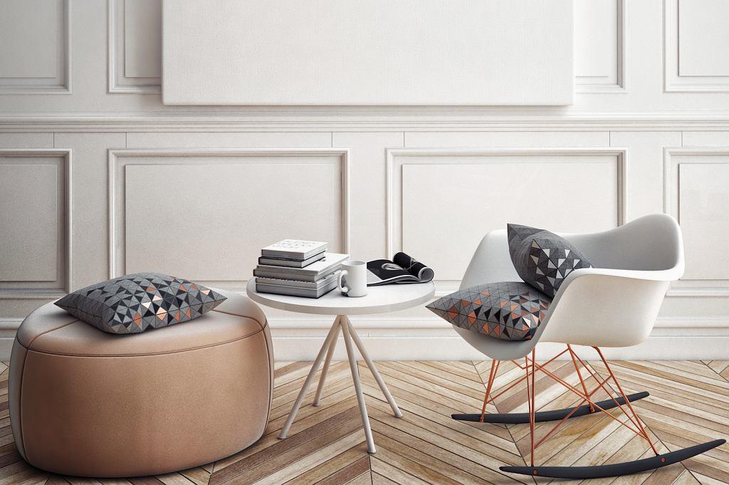 Fotel na biegunach stylizowany na model Eames Plastic Armchair RAR. Ma siedzisko o obłym, wygiętym kształcie, łączące się chromowanymi, prostymi liniami z łukowatymi drewnianymi płozami.