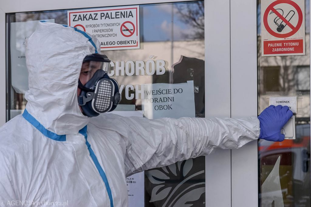 Ratownicy w strojach ochronnych w związku z koronawirusem