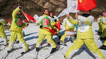 """Dzieci uczą się jeździć na nartach w ośrodku Yanqing pod (takie trochę większe """"pod"""") Pekinem - przyszłej arenie zmagań olimpijskich"""