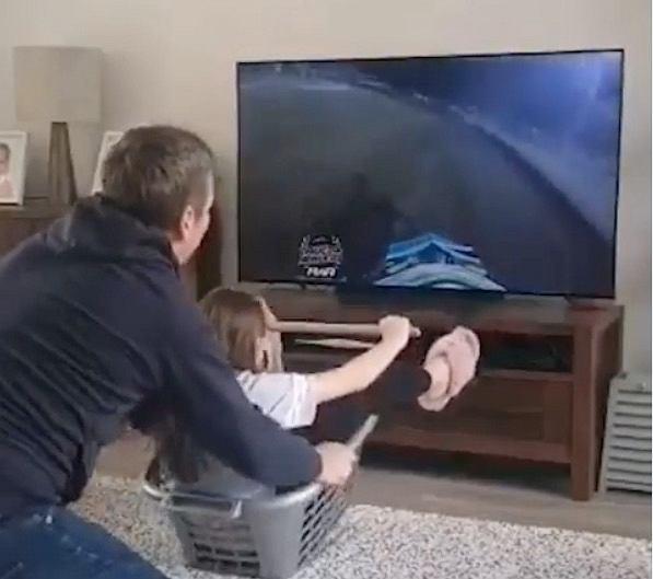 Phil Morris podczas zabawy z córką w symulator żużla. Źródłó: Instagram, 2020
