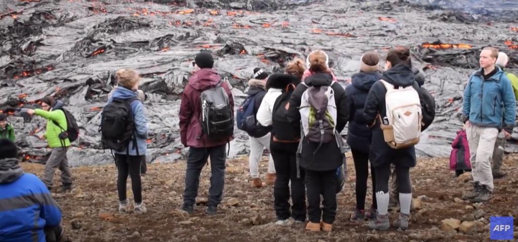 Wybuch wulkanu na Islandii przyciągnął tłumy turystów