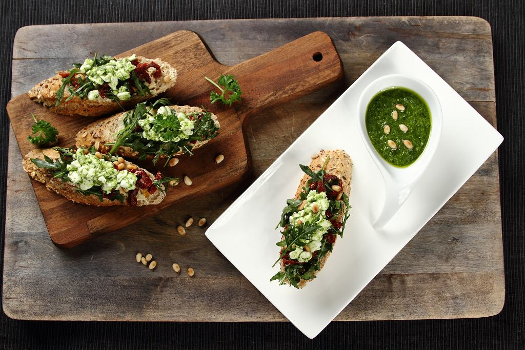 Pełnoziarniste kanapki z zielonym serkiem wiejskim