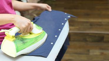 Prosty patent na wyprasowanie nawet najbardziej pomiętej koszuli