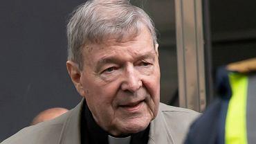 Kardynał George Pell w drodze na rozprawę w lutym 2019.