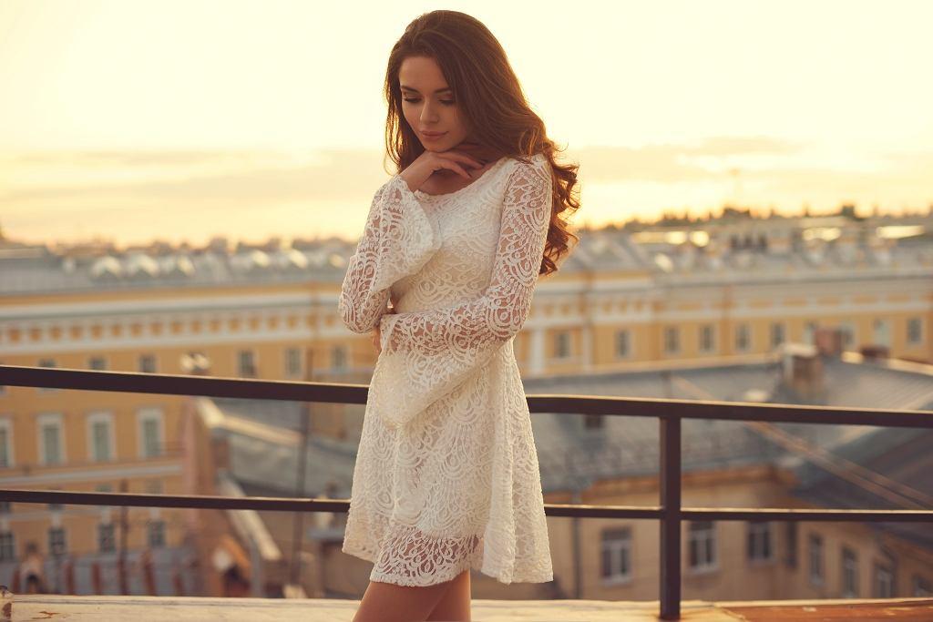Sukienka koronkowa zwłaszcza biała, jest idealnym wyborem na różne uroczystości w lecie. Zdjęcie ilustracyjne, Dmitry_Tsvetkov/shutterstock.com
