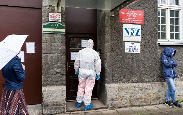 W Szpitalu Specjalistycznym nr 1 w Bytomiu wymazy do badania pobiera się także osobom, które zgłaszają się na nie same, bez skierowania od lekarza. Wystarczy, że czują się źle albo wiedzą, że miały jakikolwiek kontakt z zakażonym