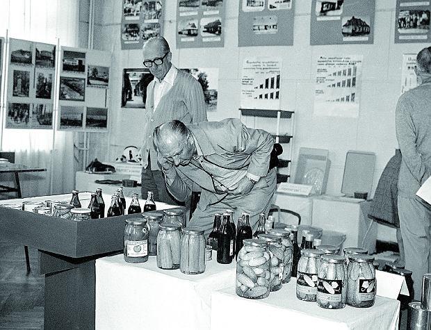 Ekspozycja przetworów z owoców i warzyw na wystawie: Dorobek Krosna, wrzesień 1975 rok