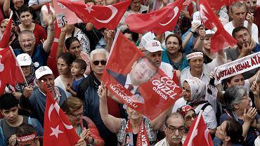 Zwolennicy  Ekrema Imamoglu na jego przedwyborczym wiecu w Maltepe, 12 czerwca 2019 r.