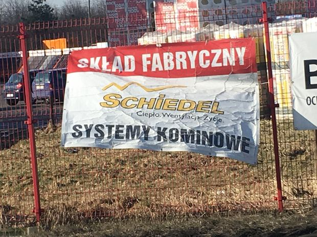 Droga do Brzezinki z reklamami lokalnych firm (fot: Marcin Kącki)