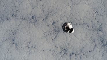 Statek z załogą SpaceX Crew-1 zbliża się do stacji kosmicznej w listopadzie 2020 roku