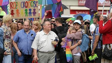 Pierwszy Marsz Równości w Białymstoku. Starcia kiboli z policją i uczestnikami