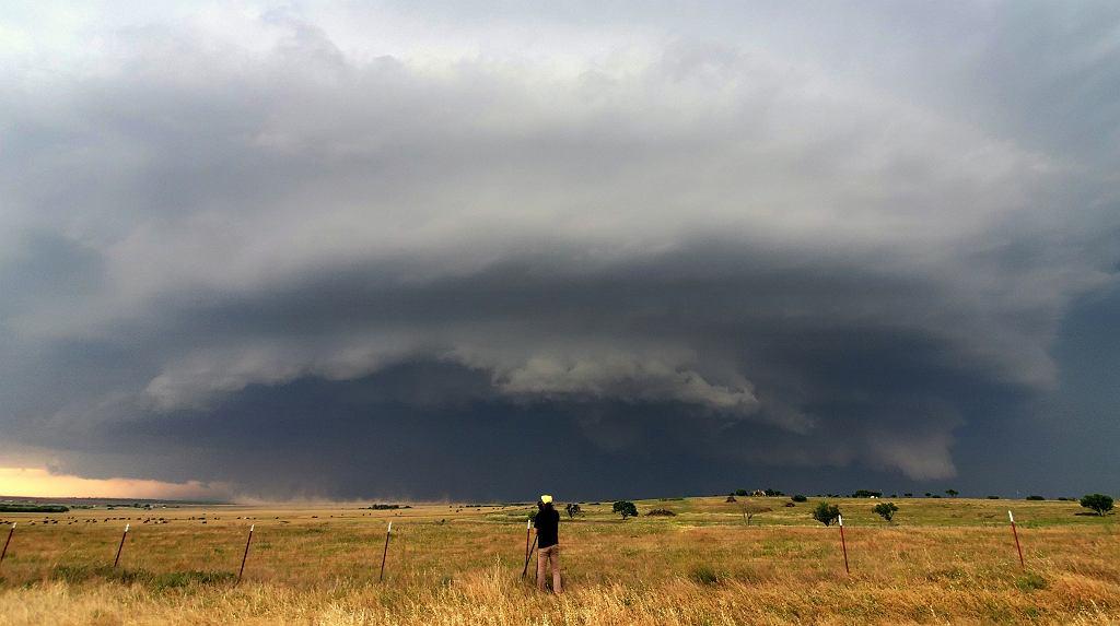 Wysoko-opadowa superkomórka burzowa z 22 maja 2020 roku w rejonie Burkburnett (Teksas, USA). Burza wygenerowała opady gradu wielkości grejpfrutów (średnica ~15 cm). Na zdjęciu dr Mateusz Taszarek
