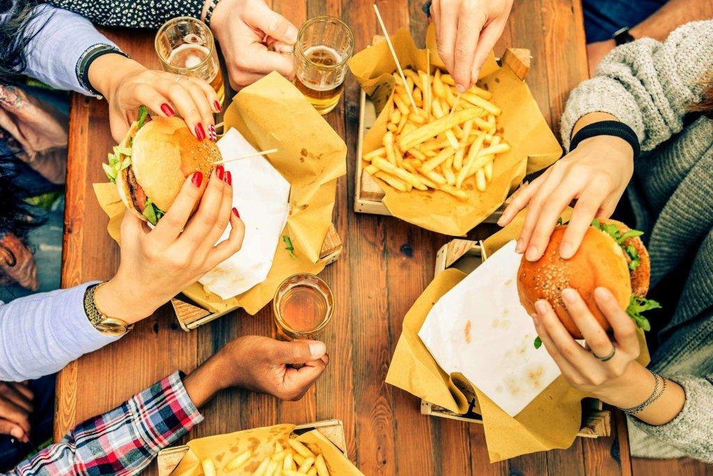 Wystarczy tydzień zajadania się pizzą, hamburgerami i frytkami oraz całkowity bezruch na kanapie, by megakaloryczna dieta i brak ruchu doprowadziły do rozwoju insulinooporności. Podczas eksperymentu przykuci do łóżka ochotnicy, którzy zjadali 6 tys. kalorii dziennie, przytyli w siedem dni mniej więcej 3,5 kg. Z punktu widzenia medycyny wyhodowali sobie cukrzycę