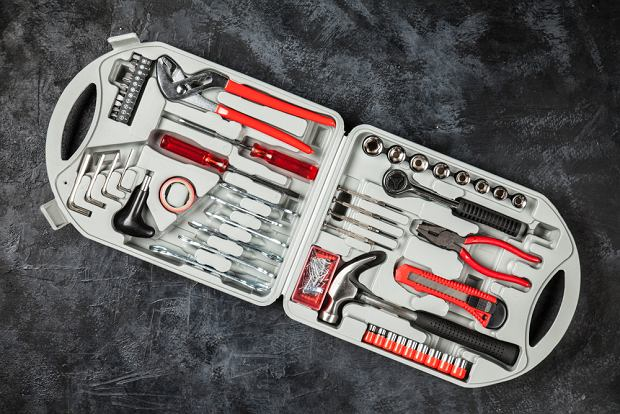 Ciekawą propozycją na prezent dla taty pod choinkę jest zestaw narzędzi