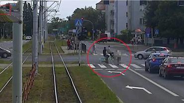 Wypadek w Toruniu. Rowerzysta wjechał w pieszą i odjechał. 86-letnia kobieta zmarła