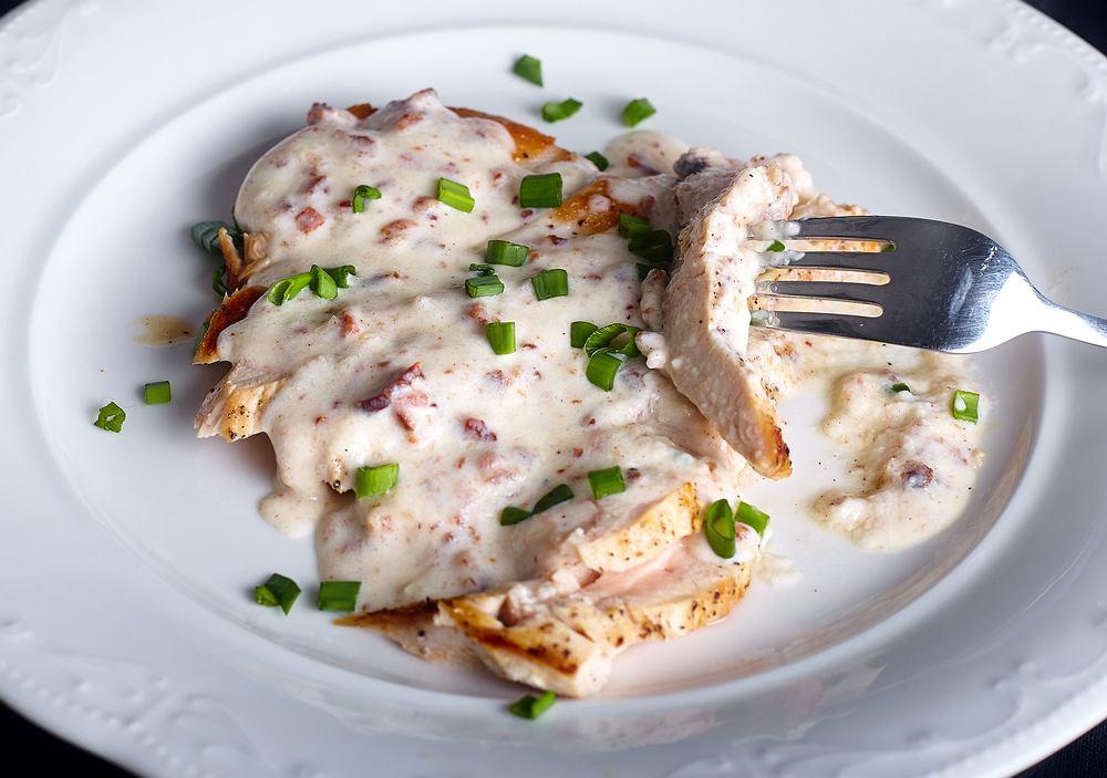 Kurczak w sosie śmietanowym to dobry pomysł na niedzielny obiad. Zdjęcie ilustracyjne