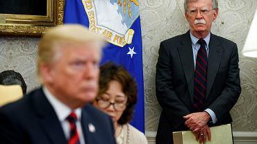 John Bolton, były doradca prezydenta USA ds. bezpieczeństwa. Donald Trump go zwolnił 'z powodu głębokiej różnicy zdań'. Na zdjęciu: w Gabinecie Owalnym, Waszyngton, USA 22 maja 2018