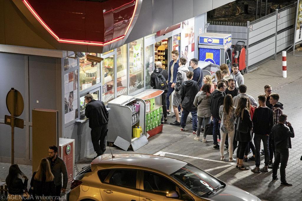 Nocna kolejka do stacji benzynowej (Fot. Dawid Żuchowicz / Agencja Gazeta)