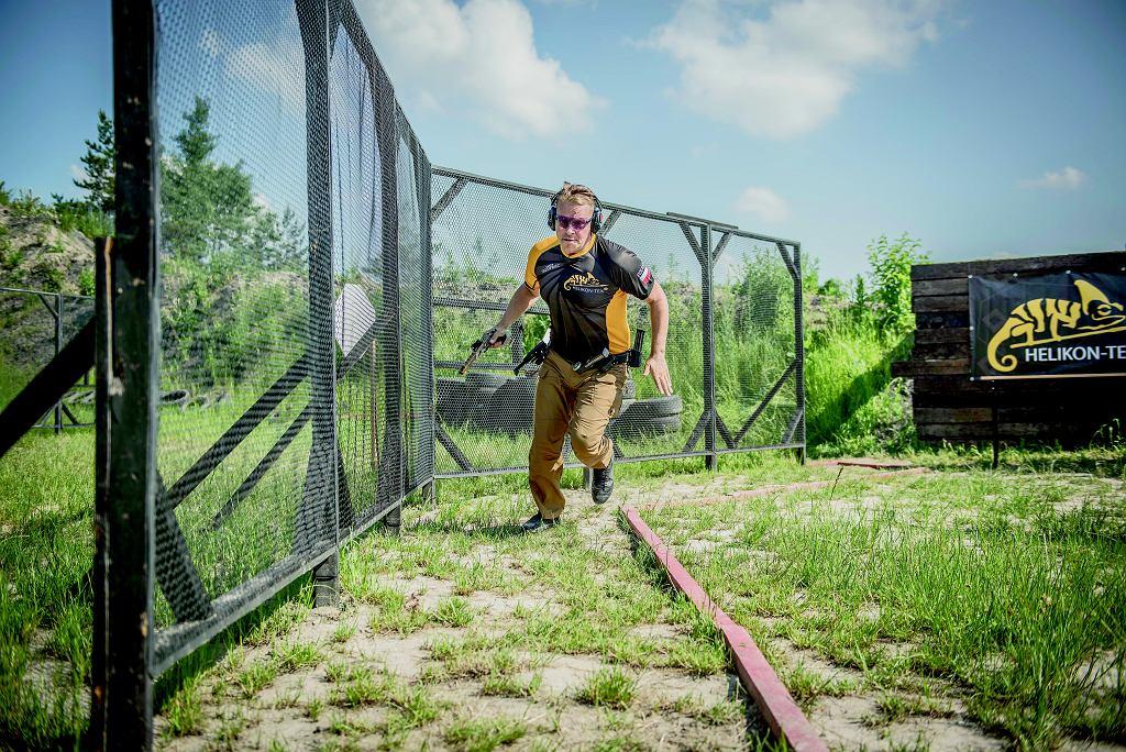 Marcin jest zawodnikiem Helikon-Tex Shooting Team. Na strzelnicy trudno go uchwycić w jednym miejscu. Po torze przemieszcza się szybko, a strzela jeszcze szybciej.
