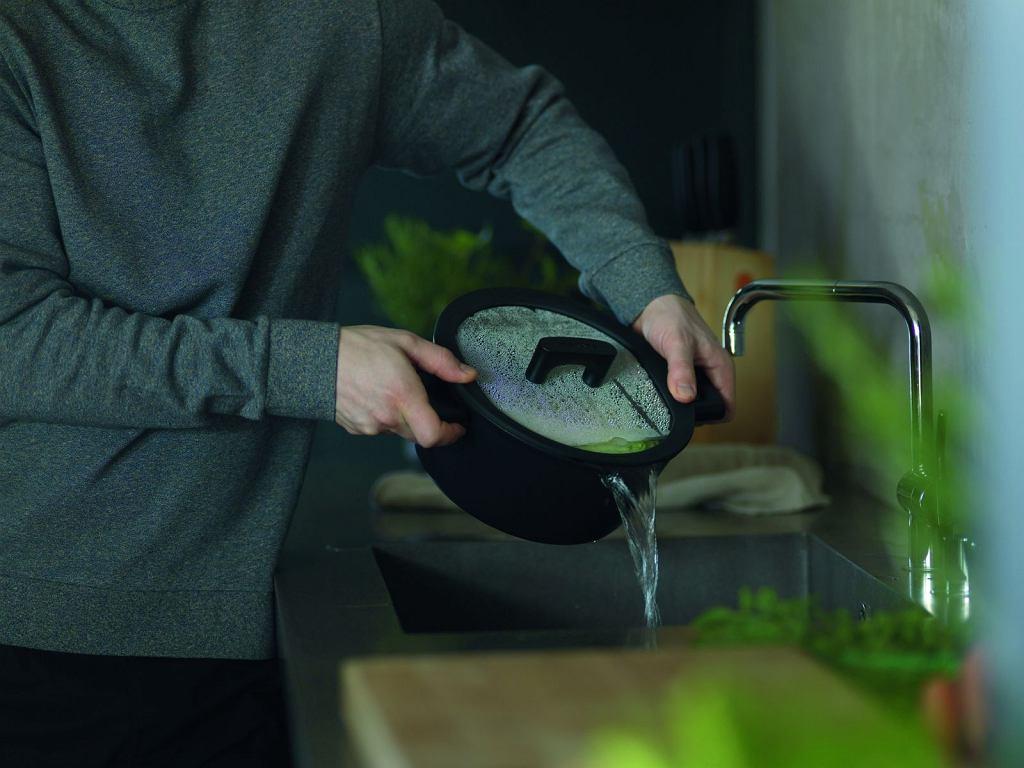Garnki i patelnie Hard Face posiadają szklaną pokrywkę wykończoną silikonem. Dzięki takiemu rozwiązaniu podczas gotowania pokrywka idealnie przylega do rantu naczynia. Dodatkowo wyposażona jest w ujście pary i wyżłobienia umożliwiające odlewanie potrawy