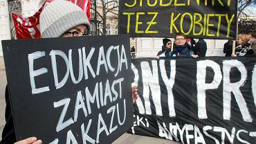 Protest studentów przed Uniwersytetem Warszawskim przeciwko ustawie antyaborcyjnej