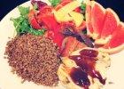Na talerzu: sałata, pomidor, papryka (surowe) plus grillowana papryka, cukinia i grejpfrut, a także pierś z kurczaka z kaszą. - Zdjęcia