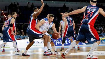 W swoim debiutanckim sezonie w ekstraklasie koszykarze MKS-u Dąbrowa Górnicza (niebiesko-czerwone stroje) zajęli 11. miejsce