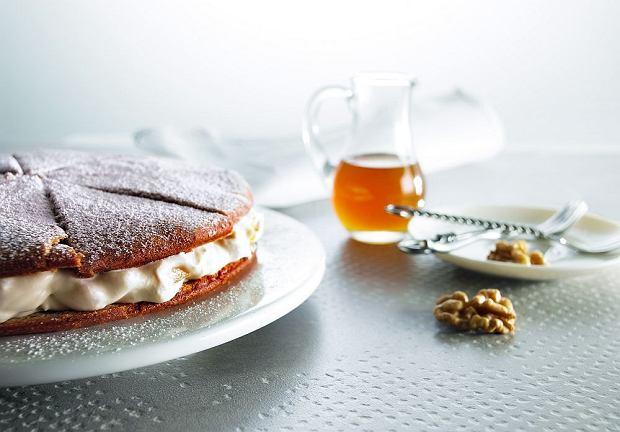 Tort orzechowy z masą serowo-gruszkową