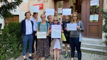 Martę (pierwsza z lewej), zwolnioną z pracy za brak makijażu, wspierały pod sądem we Wrocławiu aktywistki Kultury Równości i Strajku Kobiet