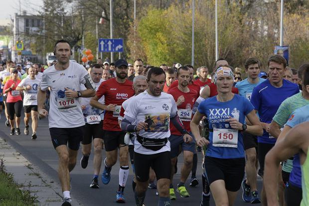 Zdjęcie numer 63 w galerii - Ponad 1200 biegaczy na starcie 37. Toruń Maraton, wygrał Łukasz Oskierko [ZDJĘCIA]