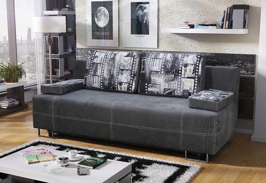 Szara sofa z ozdobnymi poduszkami.