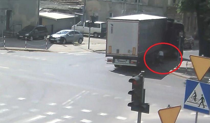 Kierowca ciężarówki zahaczył o wózek z dzieckiem na przejściu dla pieszych