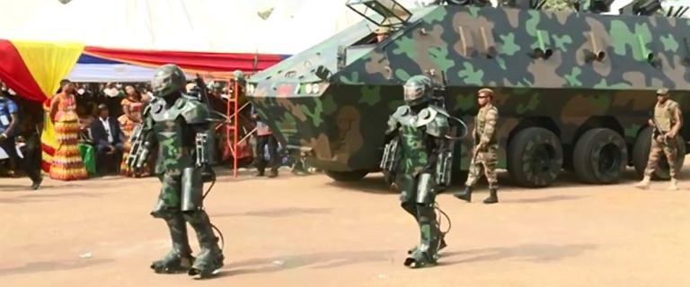Superbroń z Ghany. Strzelec stoi na drabinie, egzoszkielet z garażu