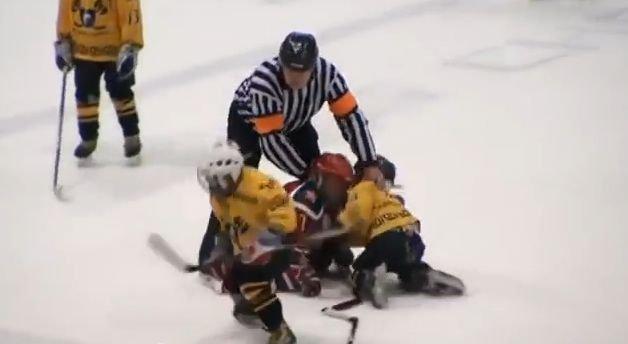 Młodzi hokeiści biją się na lodzie