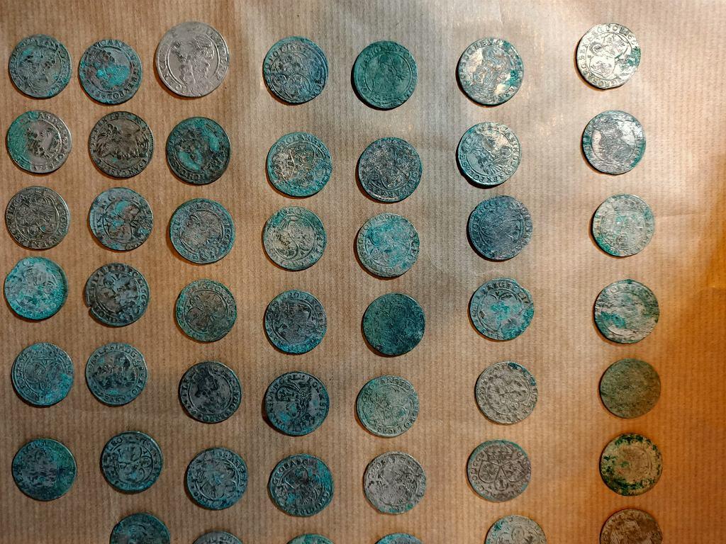 Пан Богуслав перевернулся на велосипеде и нашел серебряные монеты 350-летней давности