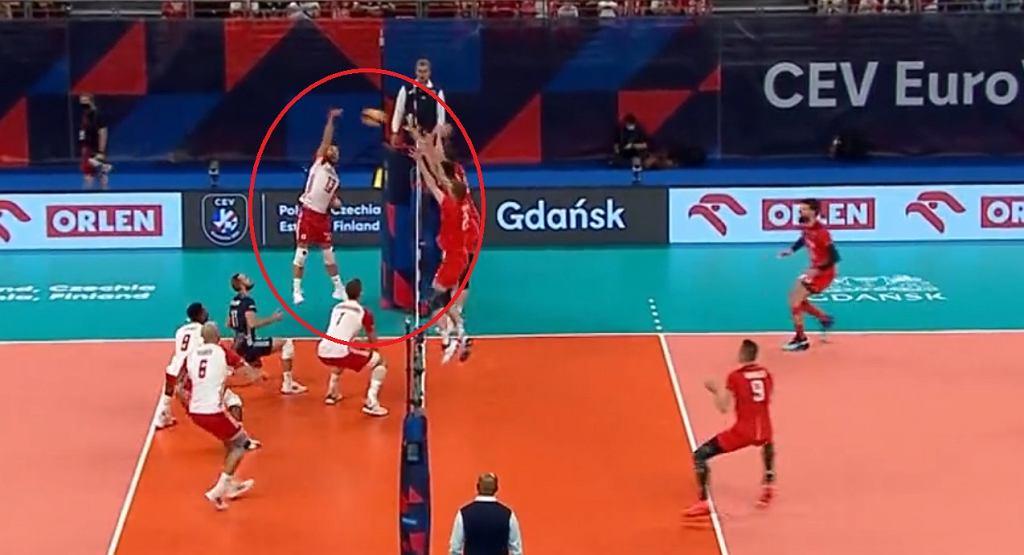 Atakuje Michał Kubiak w meczu Polska - Rosja na ME