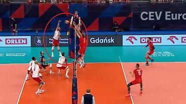 Mikhail Kubik ataca en el partido Polonia-Rusia en el Campeonato de Europa