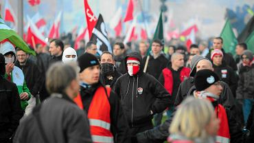 Marsz Niepodległości w Warszawie był zakłócony przez burdy chuliganów