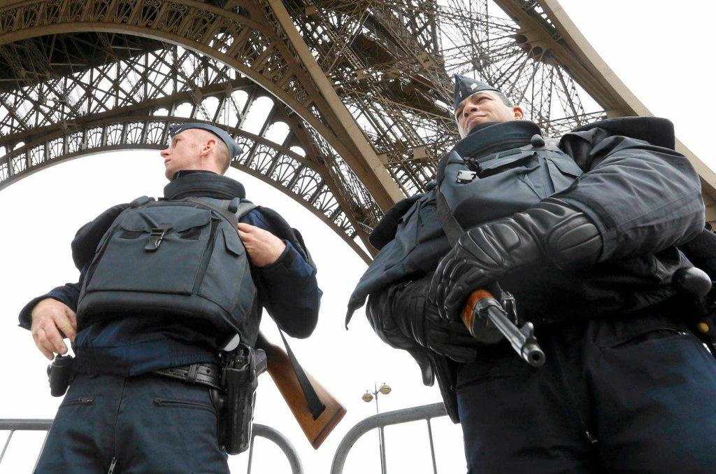 Francuska policja pilnuje okolicy zamkniętej dla turystów Wieży Eiffel