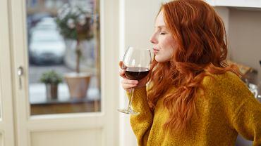 Kobieta pijąca wino