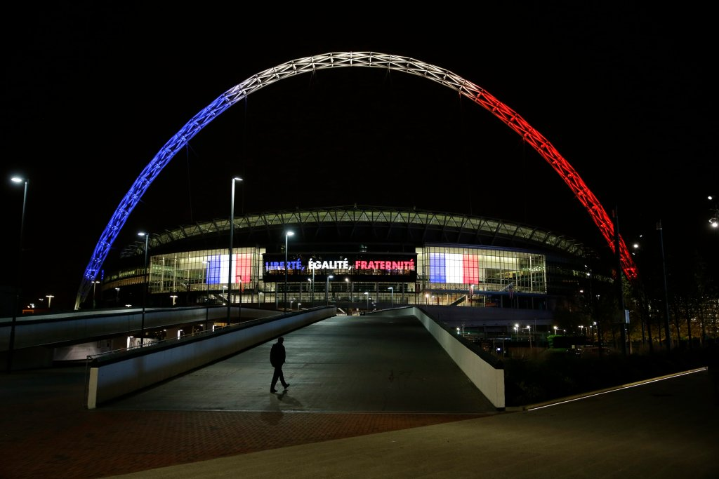 A tak Wembley wyglądało już w poniedziałek. Łuk zajaśniał kolorami francuskiej flagi: niebieskim, bielą i czerwienią