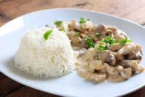 Szybki obiad z piersią z kurczaka. Pysznego kurczaka w sosie śmietanowym przygotujesz w 20 minut