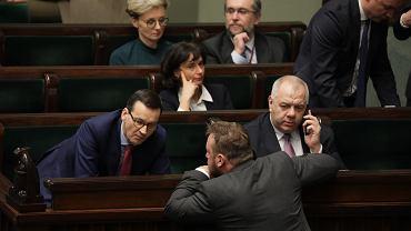 Premier rządu PiS Mateusz Morawiecki w ławach rządowych. Pierwsze czytanie projektu 'ustawy kagańcowej' (PiS chce 'dyscyplinować' sędziów orzekających nie po linii partii). Warszawa, Sejm, 19 grudnia 2019